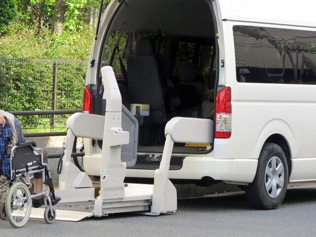 車椅子積載リフト付きの介護自動車