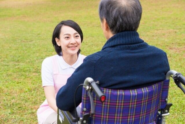 介護士と車椅子の丹精